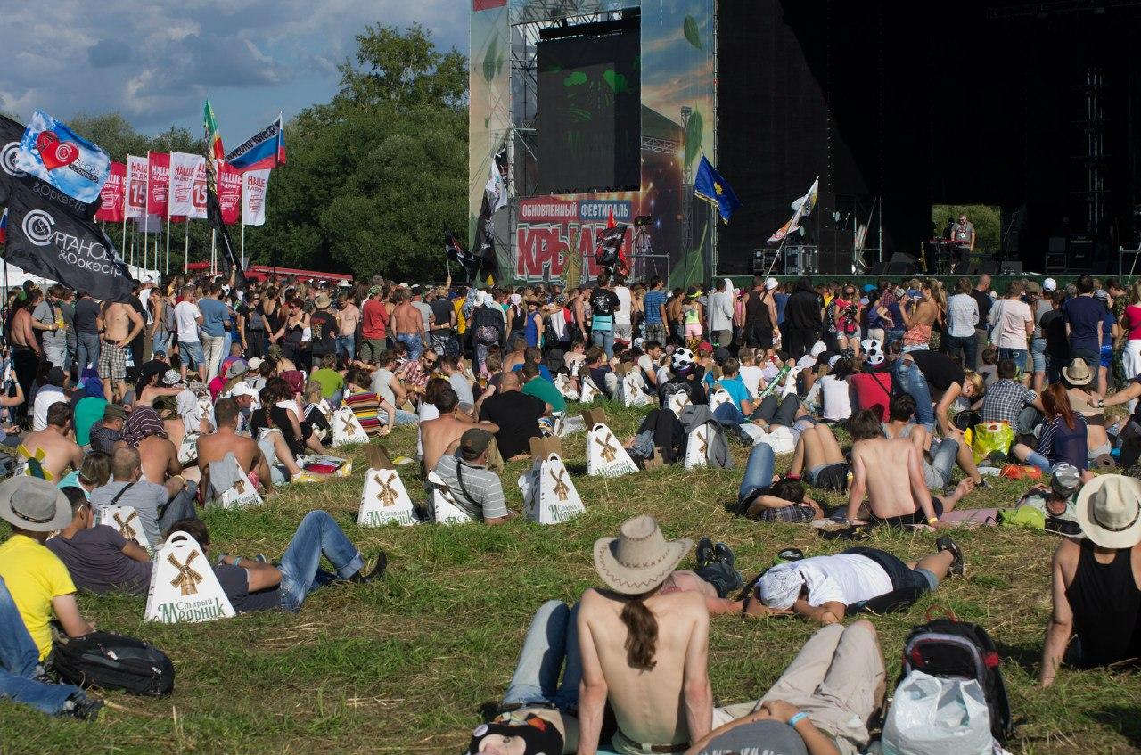 Народ у сцены