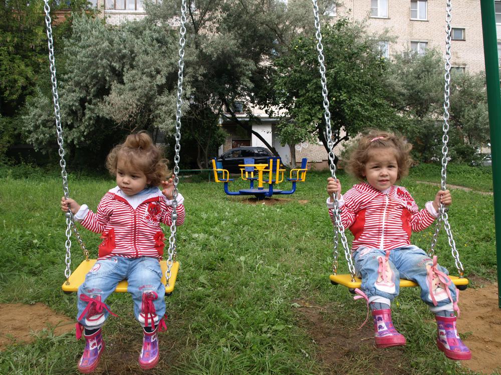 Ребятишки уже облюбовали новые качели во дворе на ул. Гр. Соколова, 40.