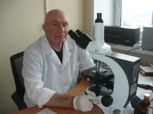 Микроскопию мазка мокроты проводит А.В. Козлов -  заведующий клинической лабораторией Малоярославецкой ЦРБ.